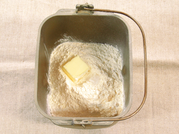 バター、塩を入れます