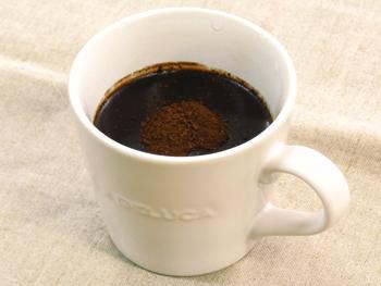 たんぽぽコーヒーを水と混ぜ合わせます
