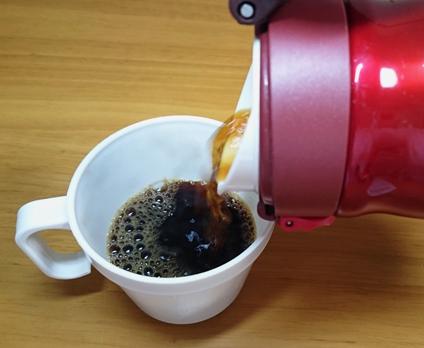 水筒を軽く振ってからカップに注ぐ